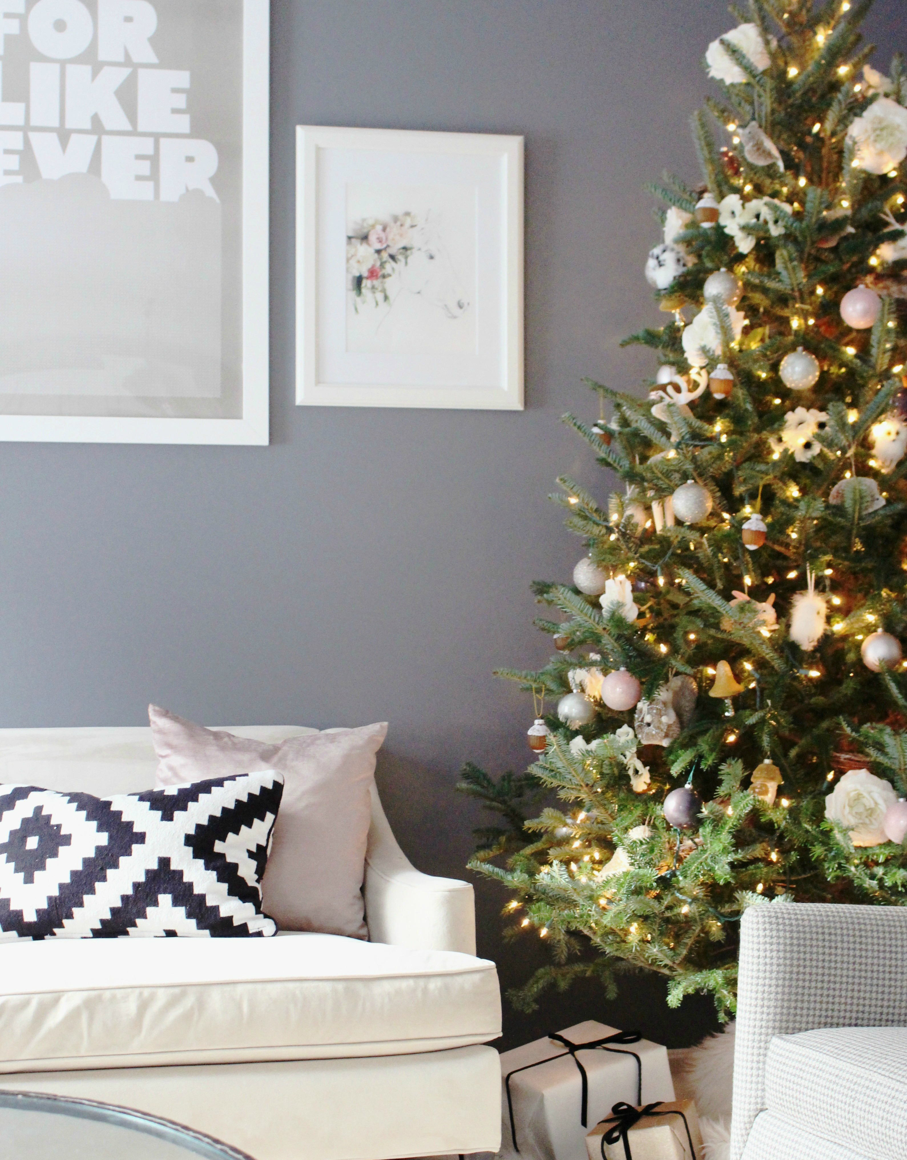 Zoe With Love shares her Christmas living room home decor featuring a floral inspired Christmas Tree