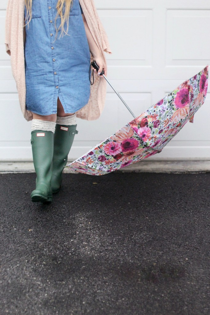 Rainy Weather Outfit: the best pieces for spring including hunter boots, floral umbrella and a chambray dress.