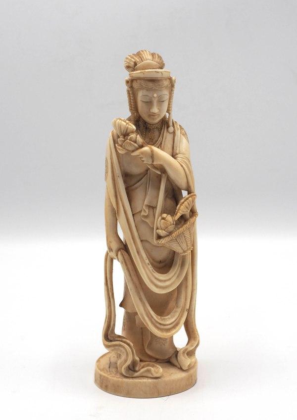 Okimono in Avorio raffigurante Figura Femminile - Cina, XIX Secolo