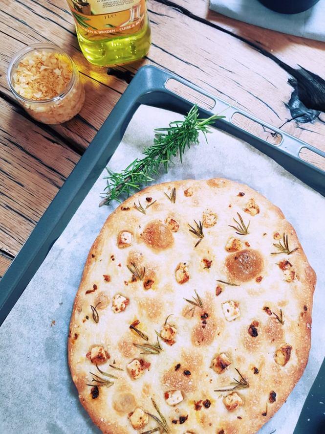 focaccia met kaas, rozemarijn en citroenzout