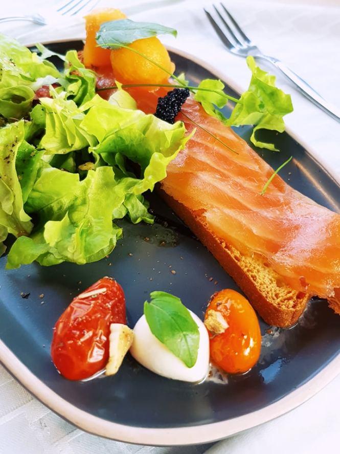 zalm op toast met gekonfijte tomaatjes