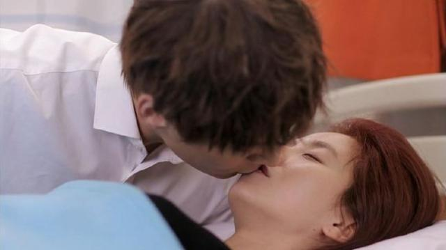 Oh Chang Min kisses Oh Jin Hee at the hospital