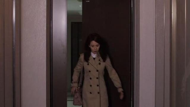Oh Jin Hee just walks through the door