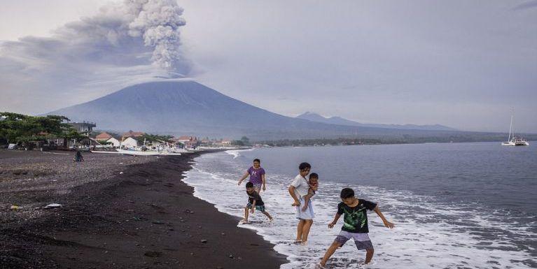 Indonesia, Bali aom Mount Agung meimual puakkhamkik leuleu