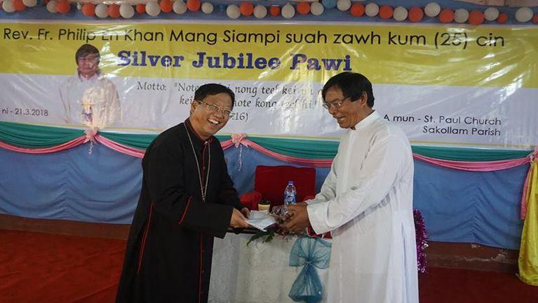 Rev. Fr. Philip En Khan Mang siampi suahzawh kum 25 Jubilee kibawl