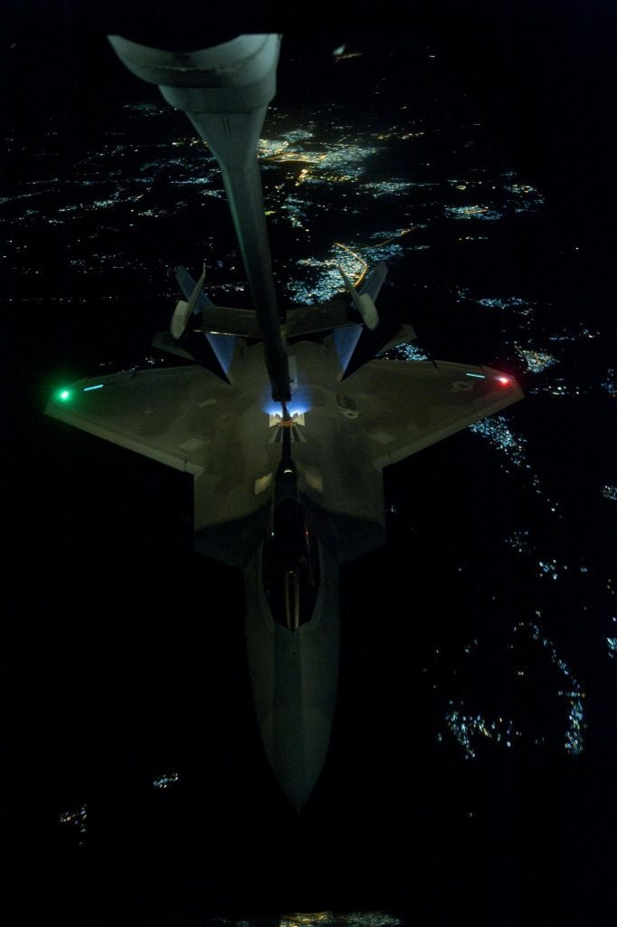 F-22 Raptor de la 325th FW reabastece de un KC-10 Extender sobre Iraq, camino hacia su objetivo en Siria. Imagen: U.S. Air Force - Tech. Sgt. Russ Scalf