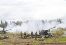 Soldados estonios pertenecientes al 15to Batallón de Artillería de la 1era Brigada de Infantería abren fuego con sus howitzers durante la operación Siil. Imagen: US Army.