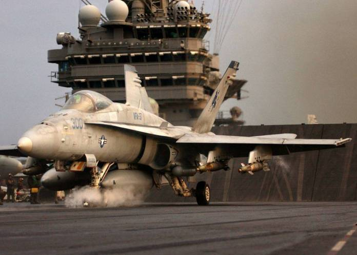 F-18C Hornet pertereciente al escuadrón VFA-37 se alista en la cubierta del USS Harry S Truman para prestar apoyo durante Operación Iraki Freedom. Imagen: USN - Photo. Mate Airman Ryan O'Connor.