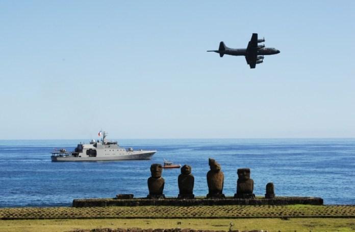 P-3ACh operando en conjunto con un Patrullero de Zona Marítima durante el operativo Mata Ui. Imagen: Armada de Chile.