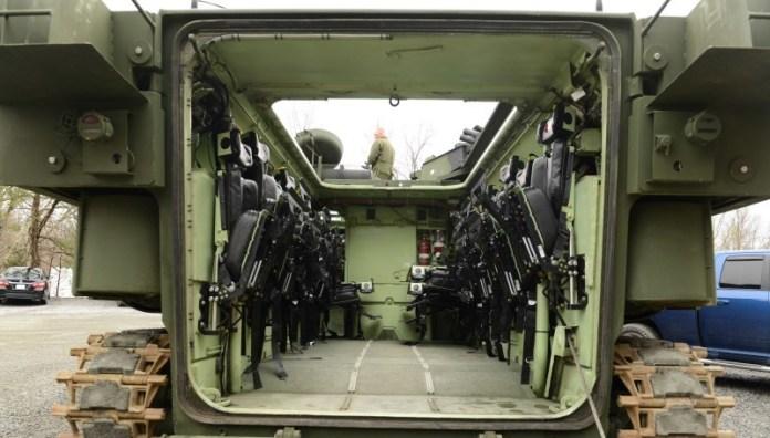 Interior del nuevo AAV SU. Se aprecia el reeplazo de las bench por los asientos anti-sock. Imagen: LCpl. Cortez III - USMC.