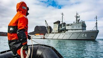 """27-12-18-El-aviso-ARA-""""Islas-Malvinas""""-reabastece-a-la-base-Carlini-11"""