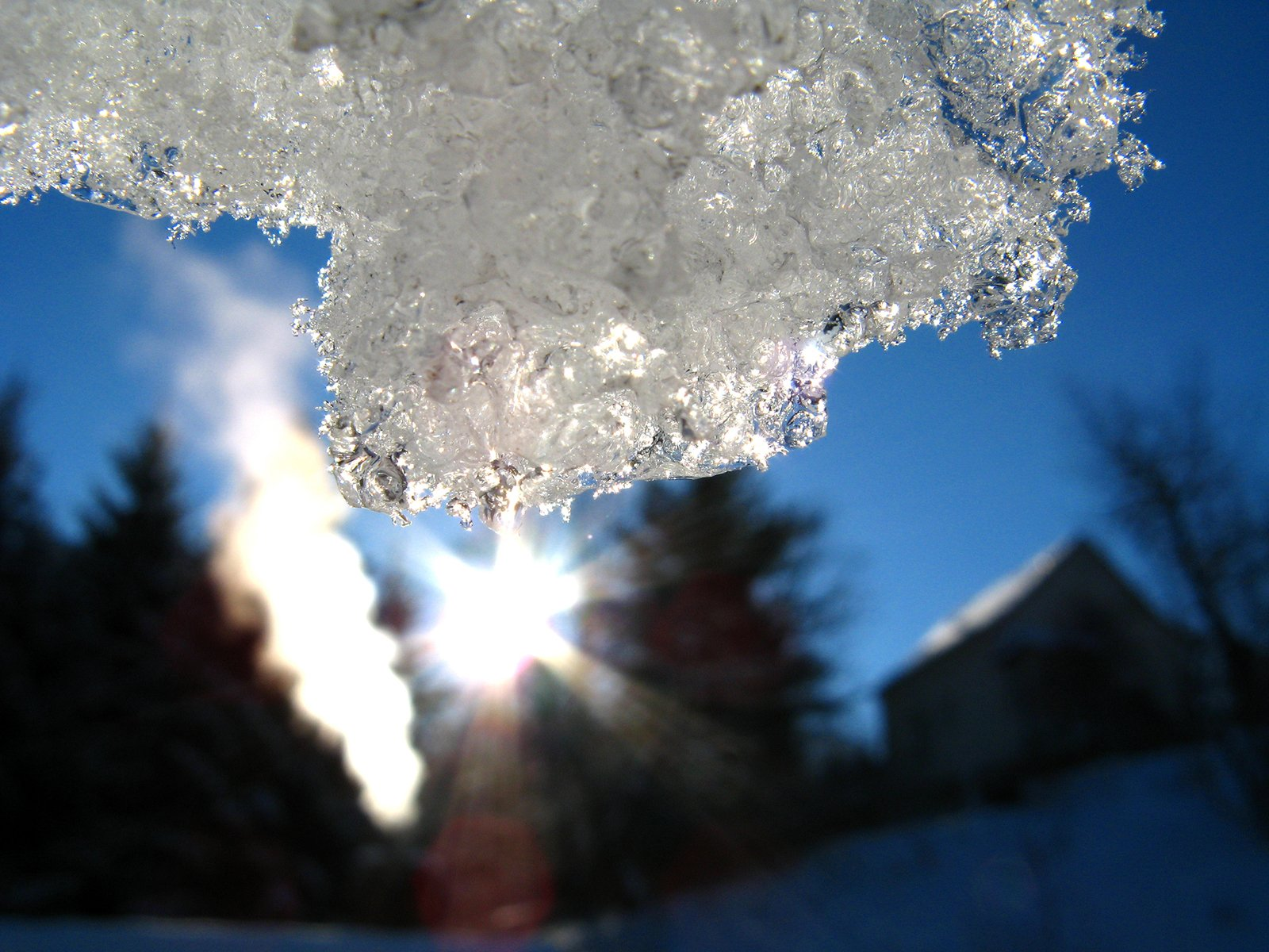Слаб сняг вали край Малко Търново, пътищата са почистени