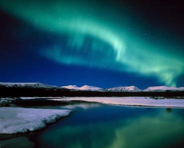 Aurora pulsando sobre Islandia