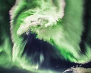 Aurora espiral sobre Islandia