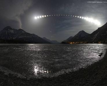 Eclipse lunar total sobre el lago Waterton