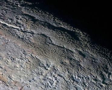 El terreno de piel de serpiente de Plutón