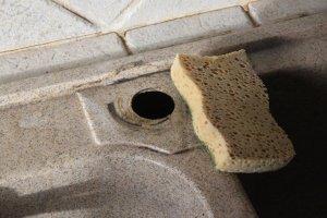 Nettoyer le plan de l'évier avant de remonter le nouveau mitigeur