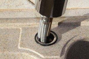 Insérer les flexibles dans le trou de l'évier en y ajoutant le joint torique