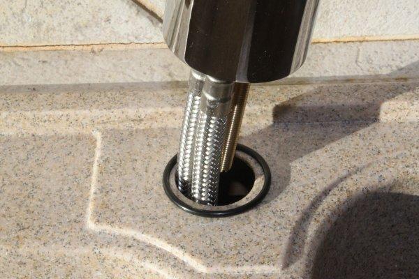 insrer les flexibles dans le trou de luvier en y ajoutant le joint torique with changer joint evier cuisine - Changer Joint Robinet Mitigeur Cuisine