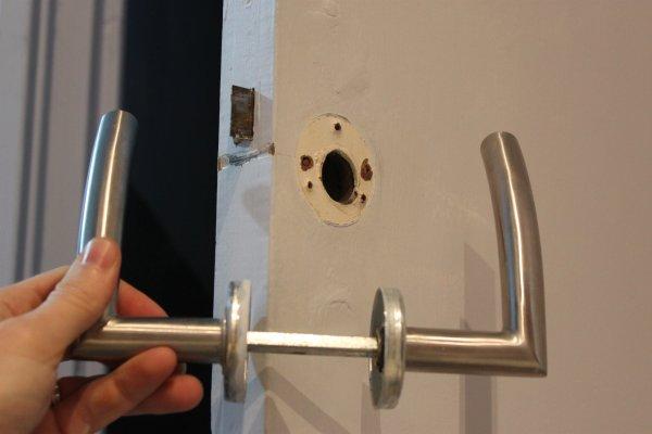 changer de porte good la poigne de porte est maintenant retire de la serrure with changer de. Black Bedroom Furniture Sets. Home Design Ideas