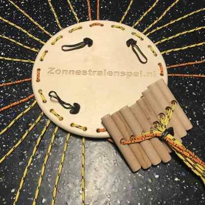 Zonnestralenspel met houten platform, touwen en 1 set handvatten bijeen