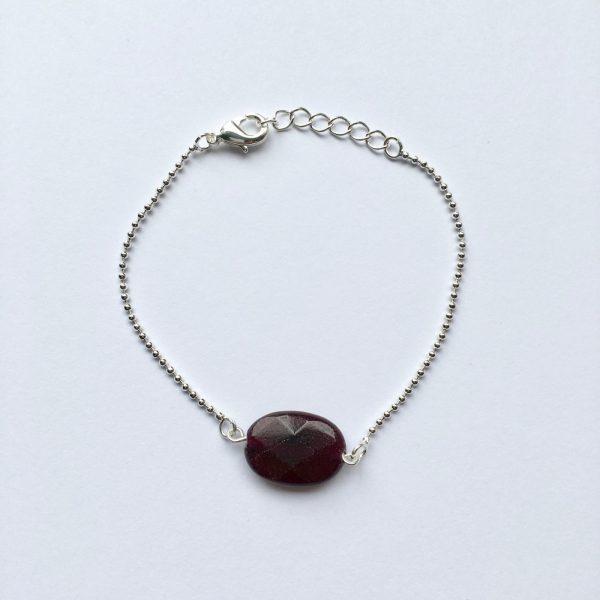 Armband met een donker paarse natuursteen zilver