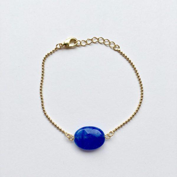 Armband met een koningsblauwe ovalen natuursteen goud
