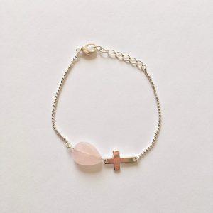 Armband met kruisje en druppel rozenkwarts zilver