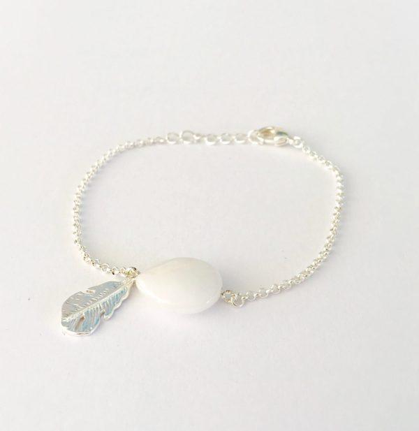 Armband met witte jade zilver veer bedel