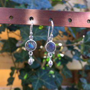 Fijne edelsteen oorbellen rond labradoriet met bolletje 925 zilver