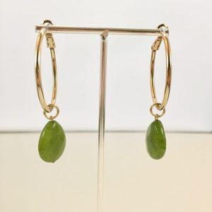 Gouden oorringen met groene jade druppel