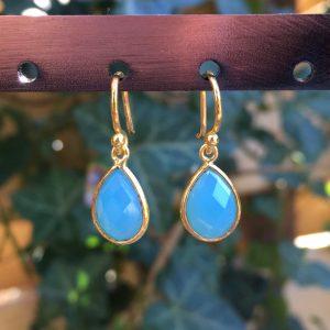 Kleine edelsteen oorbellen Blue Chalcedony fel blauw 925 zilver verguld