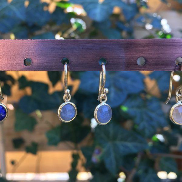 Kleine edelsteen oorbellen rond labradoriet 925 zilver verguld goud