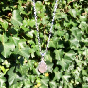 Korte ketting met druppel hanger rozenkwarts zilver