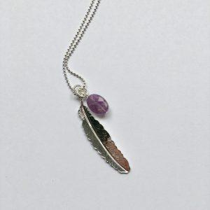 Lange edelsteen ketting 2 bedels ovaal jade paars veer zilver