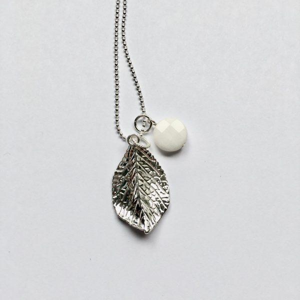 Lange edelsteen ketting 2 bedels ronde jade wit blad bedel zilverkleurig