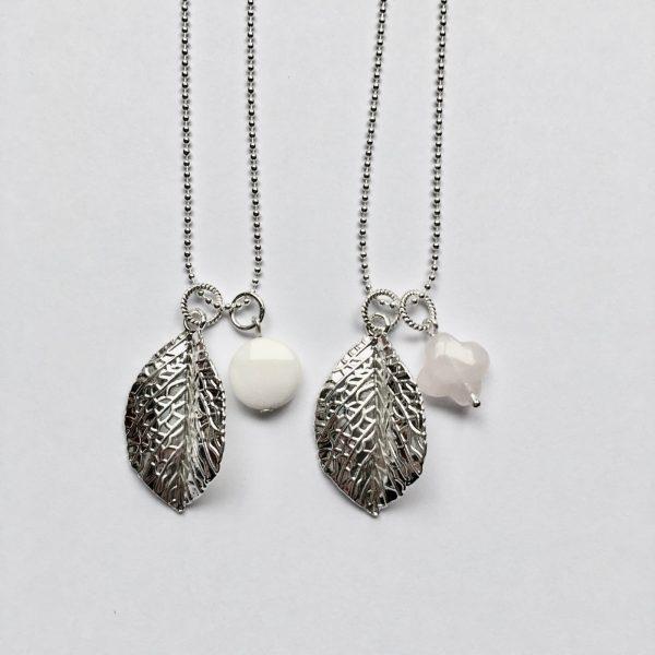 Lange edelsteen ketting 2 bedels ronde jade wit rozenkwarts roze blad bedel zilver