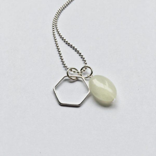 Lange edelsteen ketting creamy groen natuursteen ovaal hexagon bedel zilverkleurig