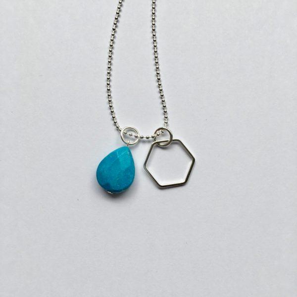 Lange edelsteen ketting fel blauwe natuursteen druppel hexagon bedel zilverkleurig