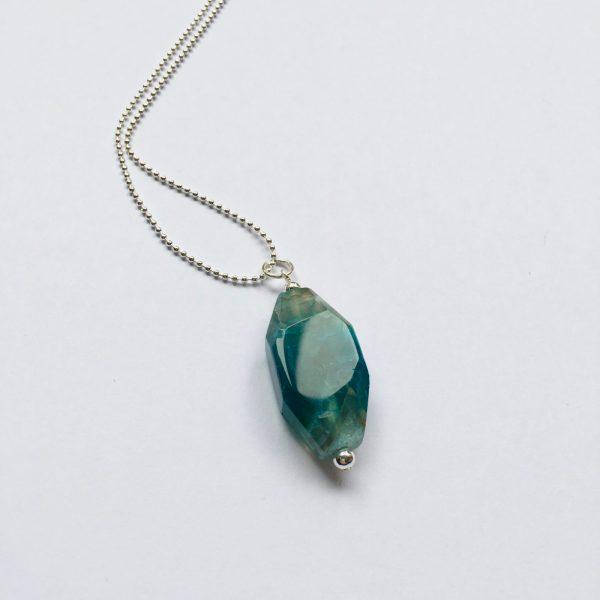 Lange edelsteen ketting met blauw grijze natuursteen zilverkleurig
