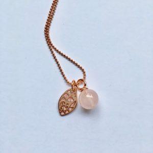 Lange edelsteen ketting met rozenkwarts blad rosé goud