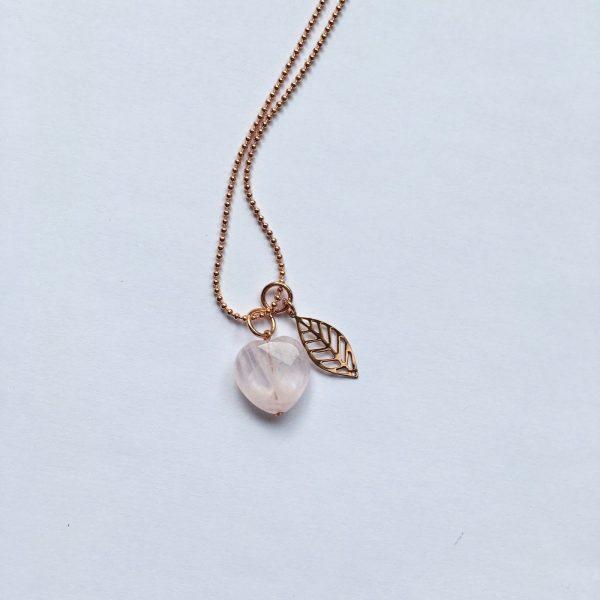 Lange edelsteen ketting met rozenkwarts hart blad bedel rosé goud
