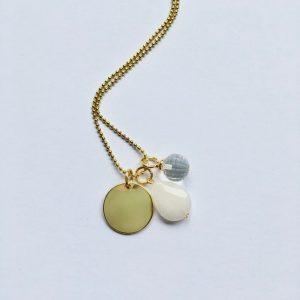 Lange edelsteen ketting met witte jade kwarts bolletje rondje bedel goud