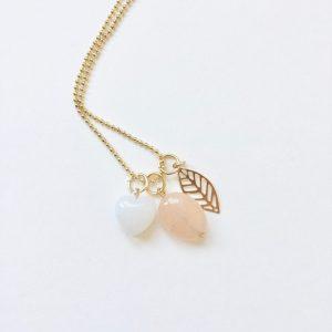 Lange ketting goud 3 bedels witte jade hart natuursteen ovaal blad