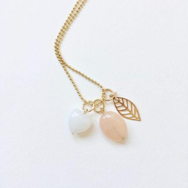 Lange ketting goudkleurig 3 bedels witte jade hart natuursteen ovaal blad