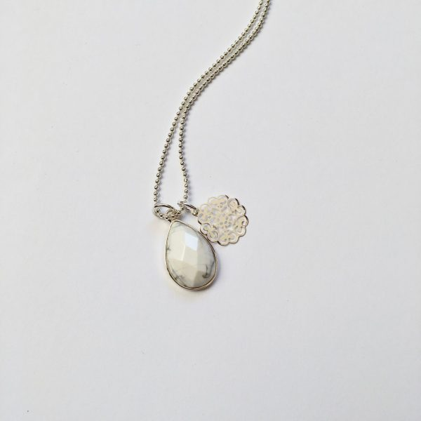 Lange ketting marmeren natuursteen bloem bedel zilver