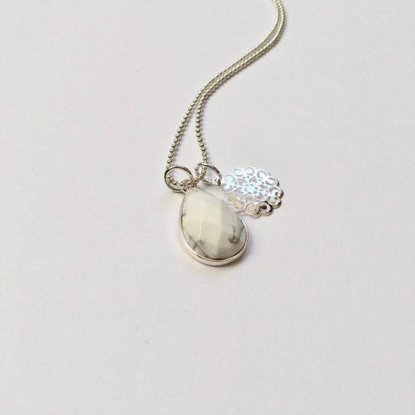 Lange ketting marmeren natuursteen bloem bedel zilverkleurig