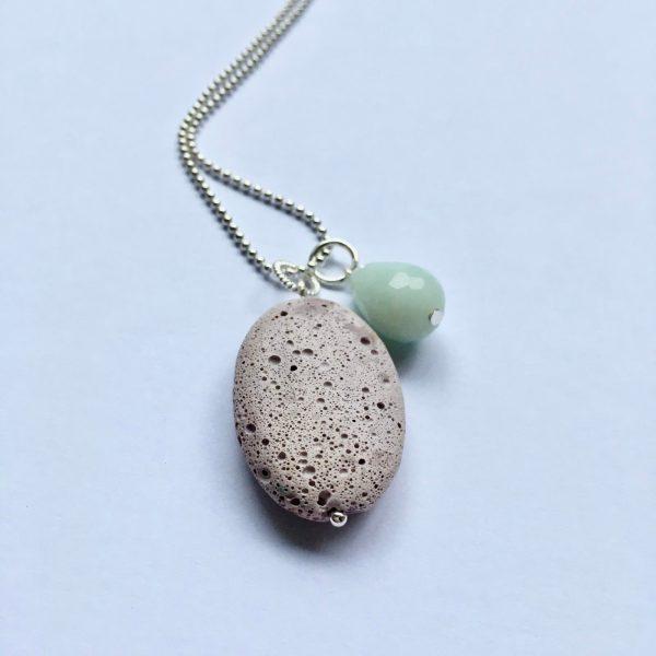 Lange ketting met amazoniet druppel licht paarse natuursteen ovaal zilverkleurig