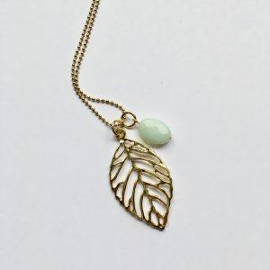 Lange ketting met amazoniet ovaal blad goud