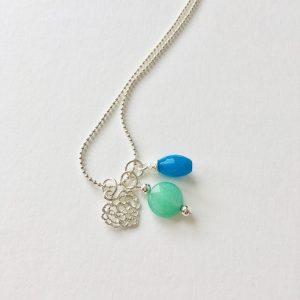 Lange ketting met blauwe en groene natuursteen hart bedel zilver